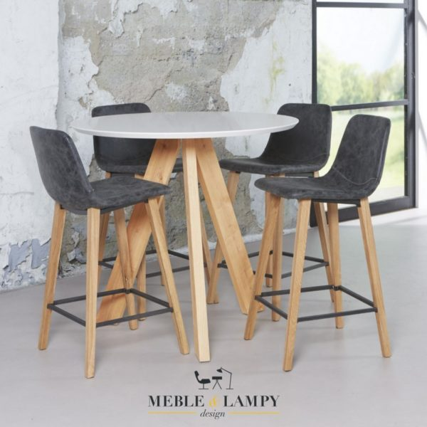 Okrągły stół barowy o średnicy Ø100 cm. Blat stołu został wykonany z białej płyty MDF, która została ułożona na masywnych dębowych naturalnych nogach.