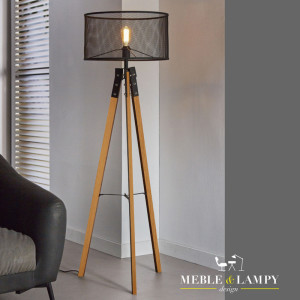 Lampa podłogowa Presa Wood, pochodzi z kolekcji lamp MIONI. Klosz w kolorze czarnego metalu wykonany jest w kształcie kosza, siatki. Dzięki ozdobnej żarówce uzyskamy efekt vintage look, sfeer. Noga w postaci trójnogu wykonana jest z oryginalnego drewna i dodatkowo stalowymi zabezpieczeniami, nadaje to meblowi surowego wyglądu jak i stabilności.